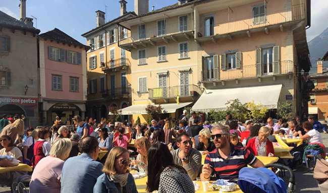 carnevale autunno piazza 18 gente tavoli