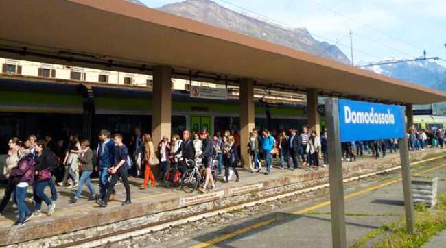 stazione gente binario treno bls