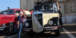 Lancia_Esatau_112_del_1954_circondato_da_curiosi.JPG